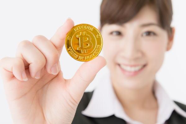 仮想通貨を持つ女性