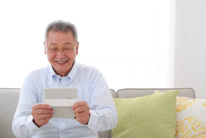 年金を受け取る老人