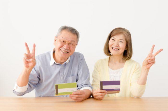 老後資金がたまってニッコリするシニア夫婦